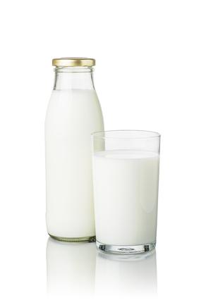 volle Milchflasche und ein Glas Milch